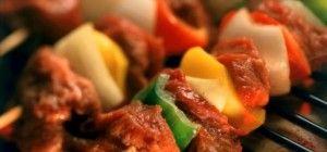Deliciosos, fáciles y rápidos kebabs de carne, con salsa de menta (Receta)