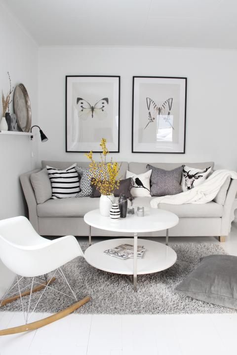 Mur blanc et sol blanc, meubles blancs et gris | Living room decor ...