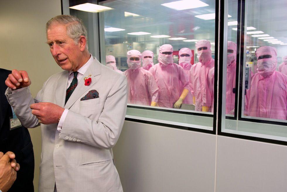 IlPost - Pune, India - Il principe Carlo al Serum Institute, uno dei più importanti istituti che producono vaccini in India. Carlo e la moglie Camilla si trovano in visita ufficiale nel paese.   (Arthur Edwards - Pool/Getty Images)