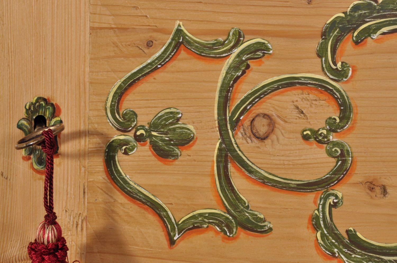 Armadio Antico 2 Ante : Armadio a ante in abete antico dipinto a mano in stile barocco