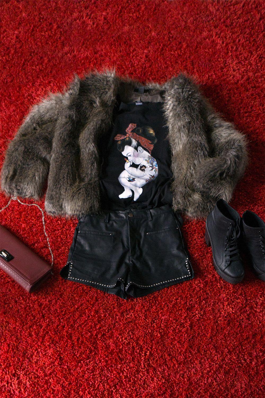 Un look aggresive per stasera! ☆★ tshirt Siamoises #rockabilly +pelliccia @· ZARA · + shorts neri pelle borchiati + sneaker tacco +pochette prugna ☆★ #outfitsiamoises http://bit.ly/1iTpMxu