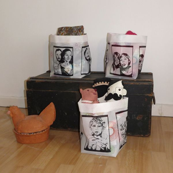 sacs / bacs de rangement en résille depolyester imprimée qui peuvent rester à l'intérieur ou aller dehors sans perdre de leur couleurs.  Ils font 20 cm x 20 cm sur 25 cm avec le petit rabat.