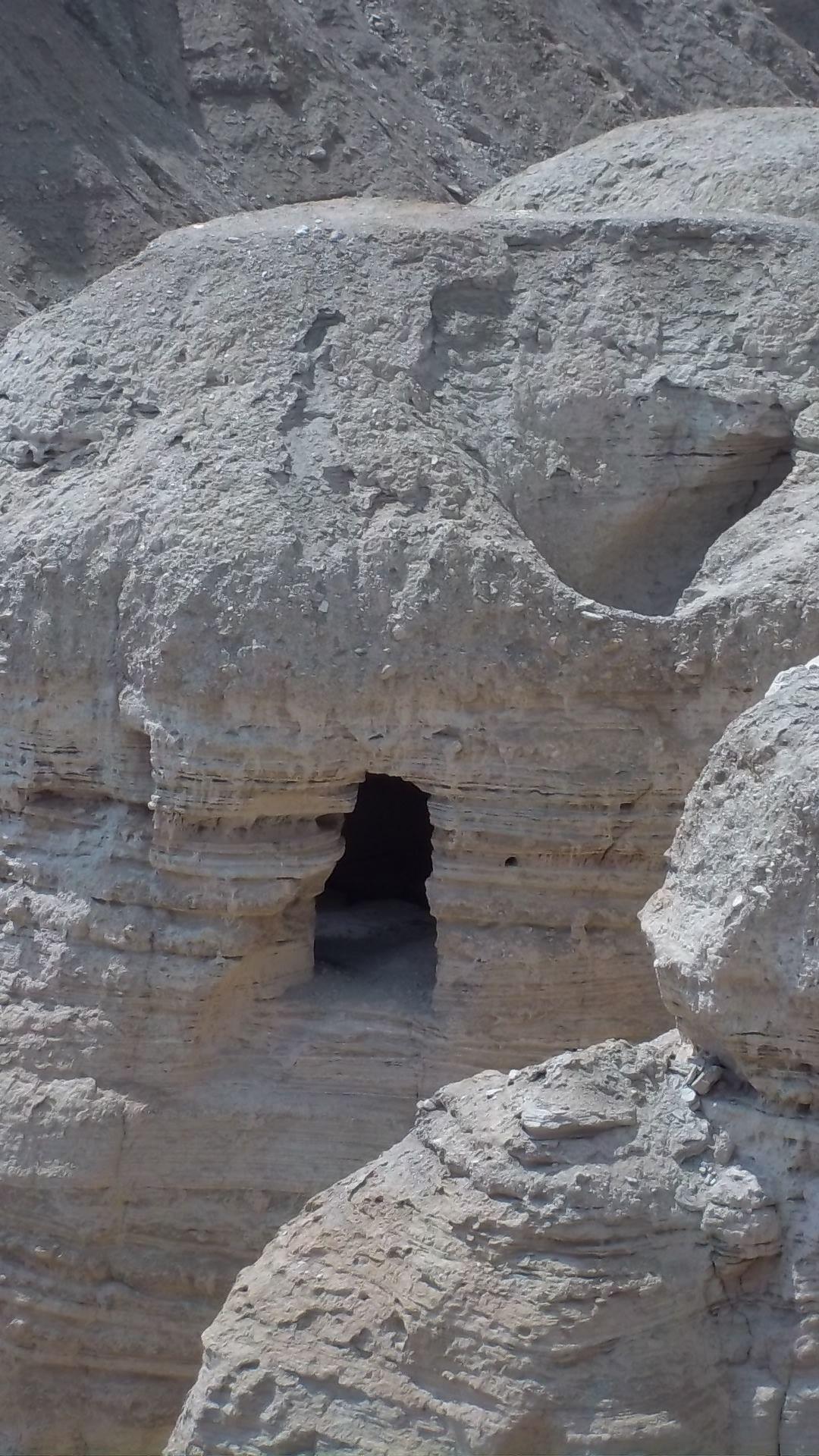 Una de las cuevas del Qumran, donde fueron descubiertos los Rollos del Mar Muerto. Israel.