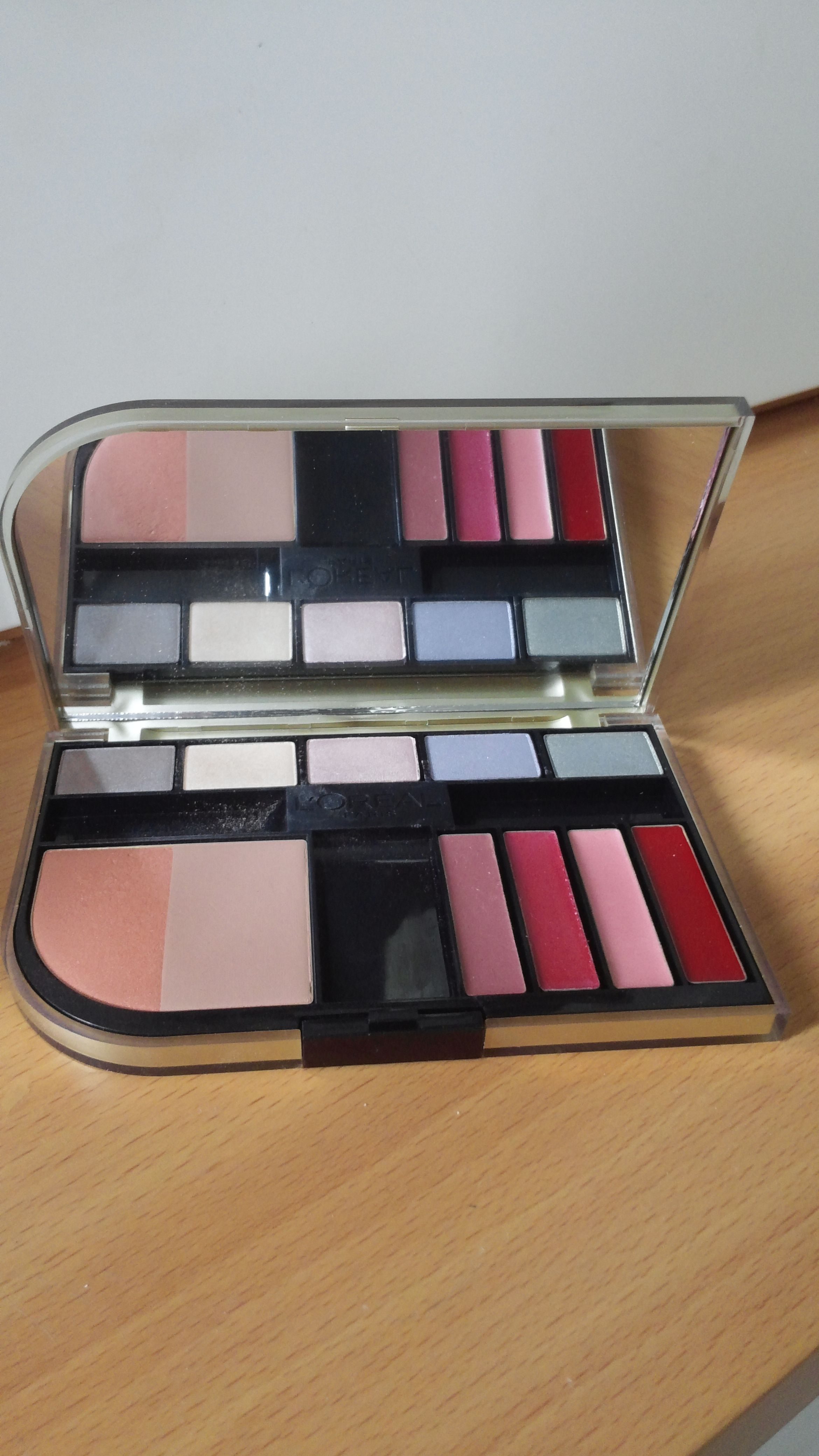 Here's something that L'oreal don't advertise at all! This is their rather elusive Colour Harmony Paris Beauty Look palette comprising lip colours, a taupe powder/contour, a peach/apricot blush and 5 eyeshadows. Just the thing for small evening clutches.