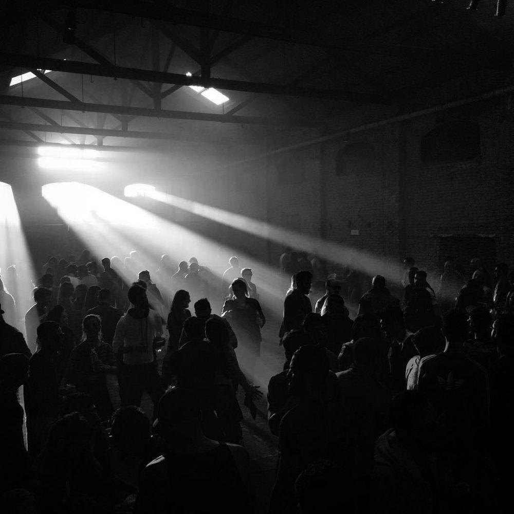 A difusão da luz no escuro da multidão. Um fenómeno que @pierre.jpeg fez questão de imortalizar