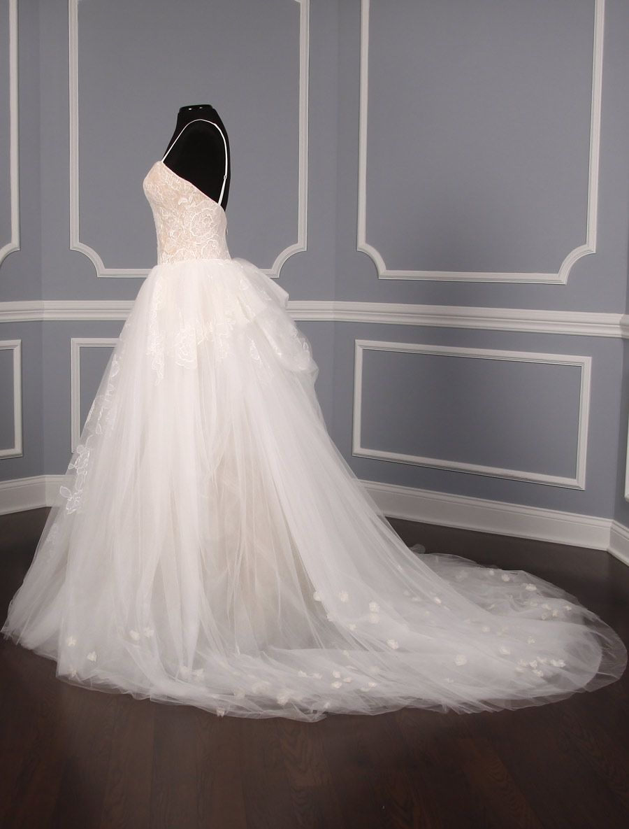5fd23f04ee22 This 100% Authentic Vera Wang Pippa 121815 wedding dress is absolutely  amazing! The nude color underlay on the bodice can be seen through the  ivory lace, ...