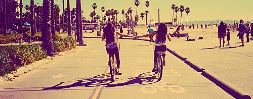 cruisin' along venice beach. we recently went holidays and spent the day in the sun on the bikes. #wereintheworld #bestwaytotravel #jetsetter #jetsetterlife