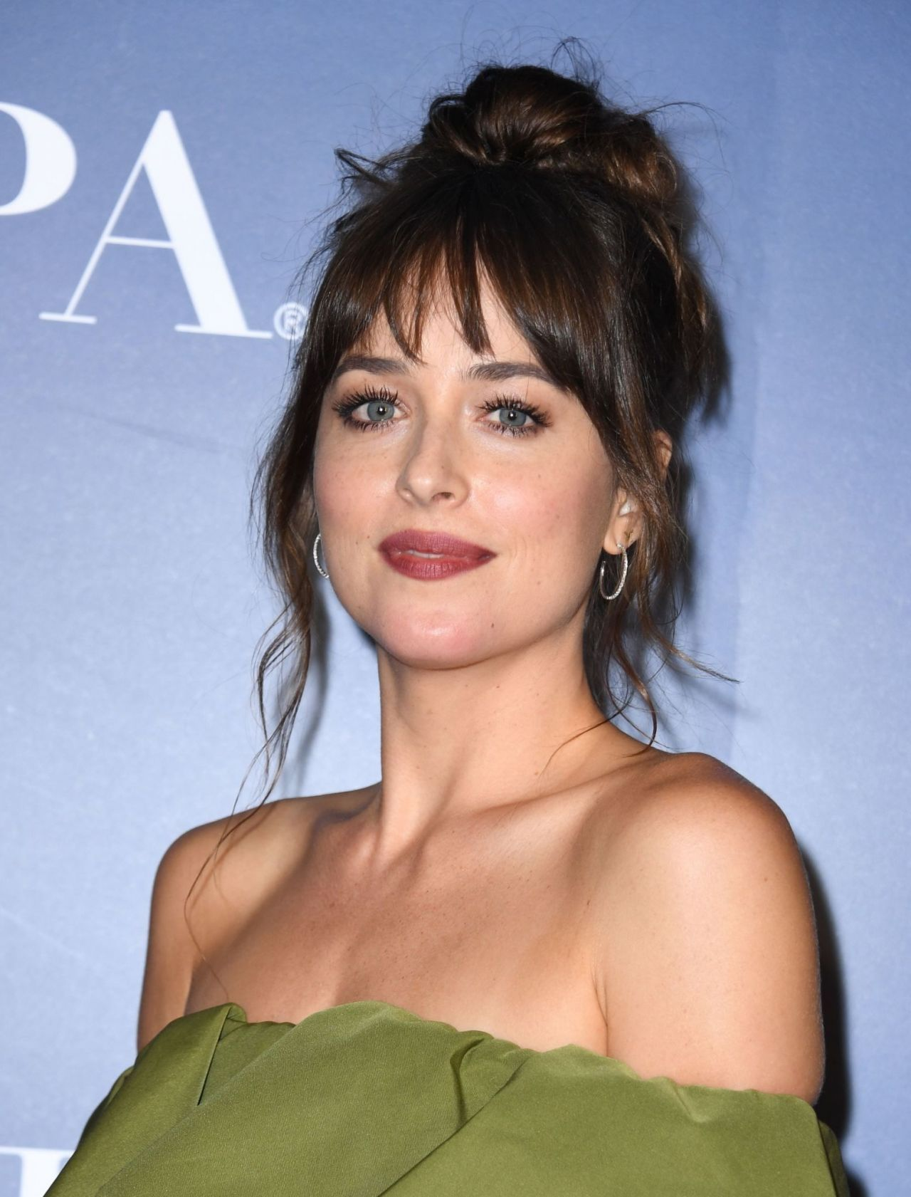 How To Style Side Swept Bangs Like 30 Of The Chicest Celebrities I Am Co Bangs With Medium Hair Bangs For Round Face Short Hair With Bangs