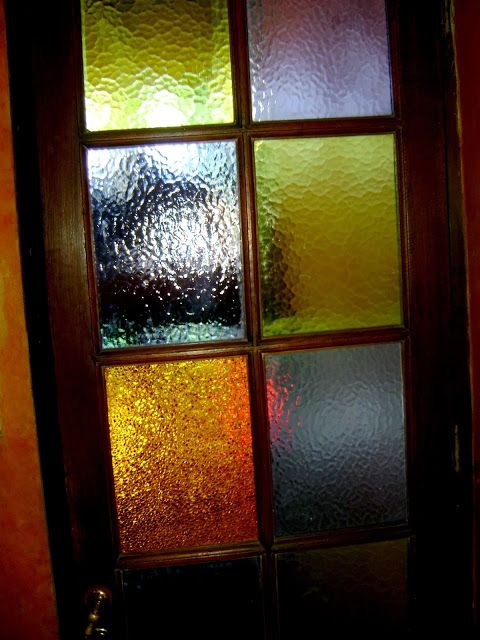 Puerta con vidrios de colores puertas puertas de for Colores para pintar puertas de madera