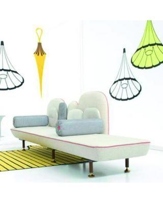 Il divano My Beautiful Back Side disegnato dai designer Nipa Doshi e Jonathan Levien è un vero e proprio capolavoro di stile e artigianato, una scultura imbottita che coniuga la cultura indiana con quella europea.
