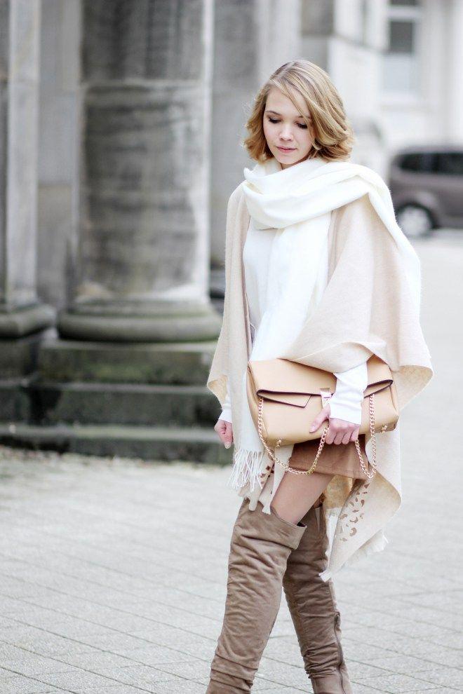Outfit mit beigen Poncho von Fraas, Wildlederrock und