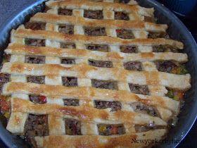 Oksekød, peberfrugt, løg, hvidløg, bacon og champignon svitses.........     Blandingen hældes i en tærteform..........    Dejen lægger over...