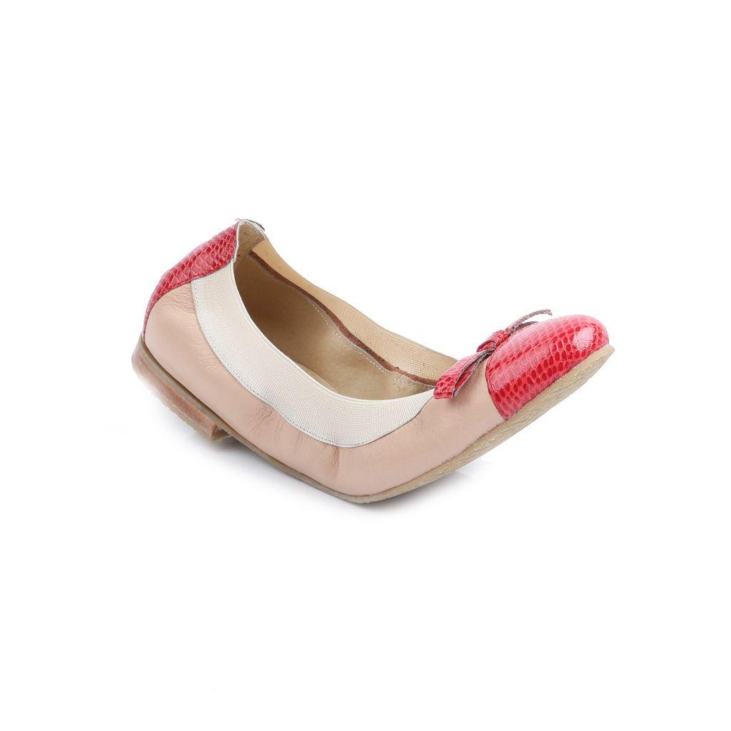 BALLERINA ONIX — FERRARO Ballerina en cuero, combinada en recorte de puntera, talon y moño en cuero alto brillo grabado. Lleva elástico como terminación de borde. Suela de goma Ferraro antideslizante.