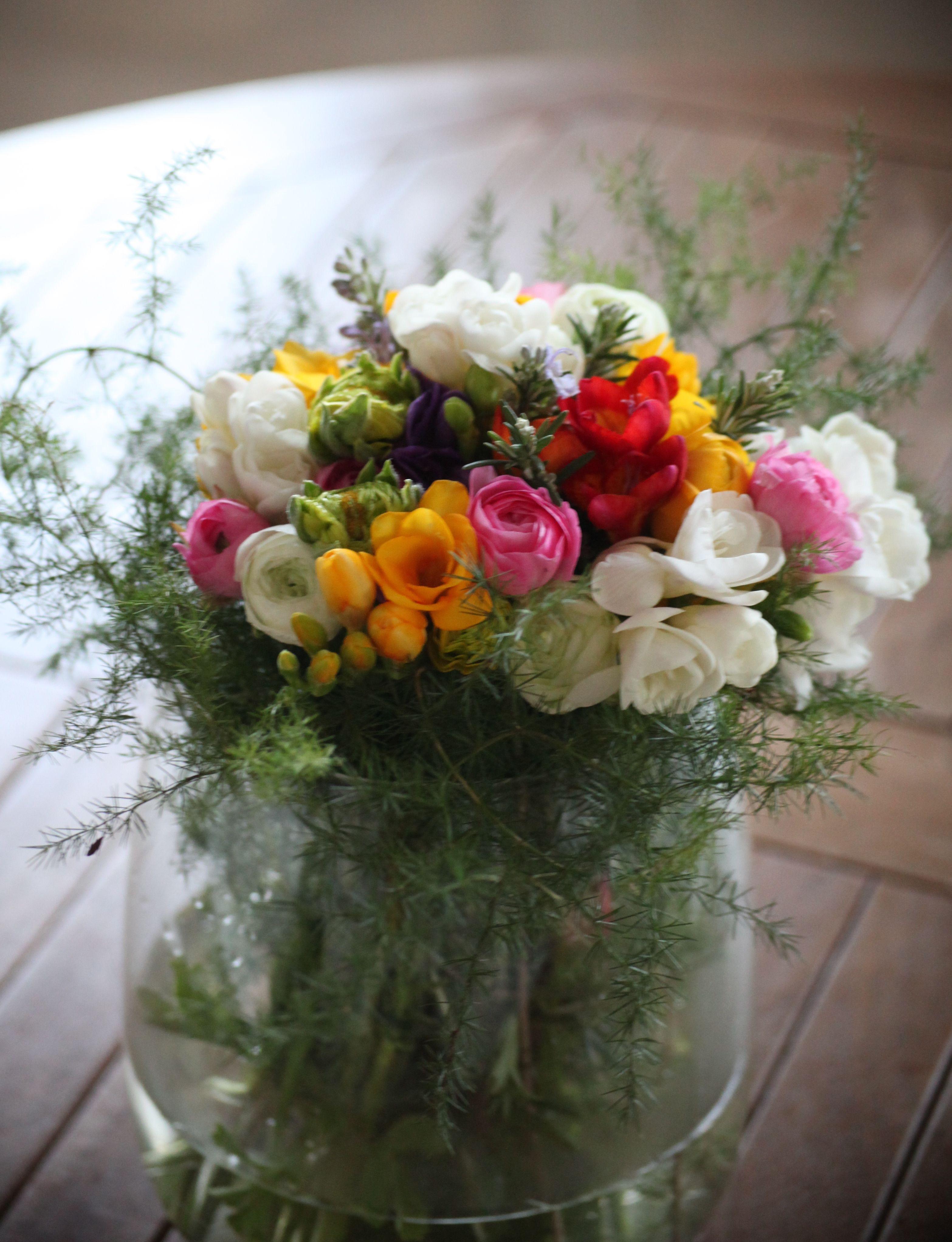 Freesias, renoncules, fleurs de romain et branche d ...