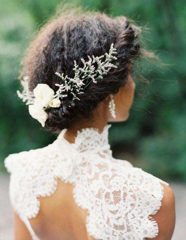 Une jolie couronne tressée sur cheveux crêpus, agrémentée d'un bijou de cheveux pour une mariée black, gros coup de coeur de la rédaction.