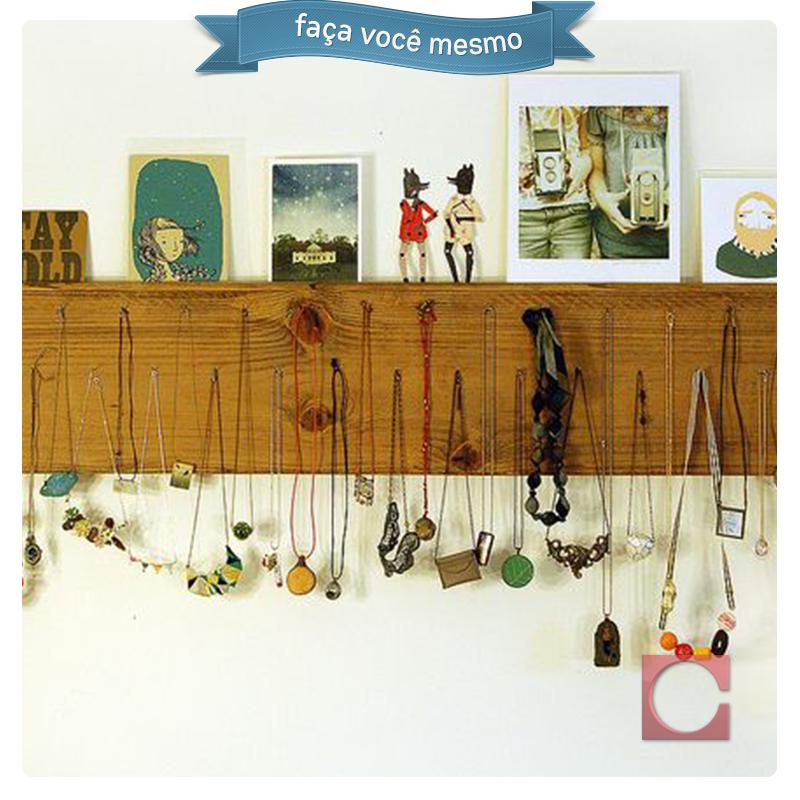 Da decoração a organização!  Quem possui ambientes reduzidos em casa sabe que aproveitar os espaços é palavra de ordem. A nossa sugestão para organizar colares é pendurá-los em prateleiras!