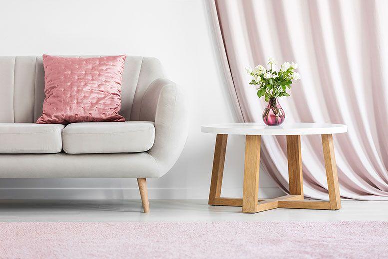 كيف انظف الكنب الساتان توفير نصائح أفكار لتغيير ديكور غرفة المعيشة عند الانتقال لمنزلك الجديد بالإضافة للاحدث أساليب Beige Sofa Bright Living Room Pink Pillows
