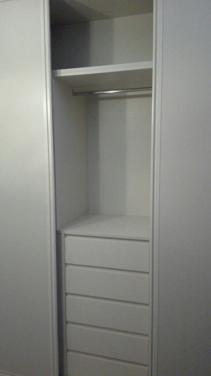 Detalle interior y nueva cajonera modelo box en armario corredera en 3 hojas lino coral - Cajonera interior armario ...