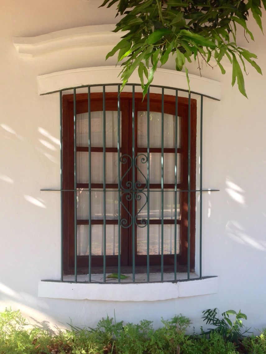 Ventana estilo colonial asunci n paraguay asunci n del for Fachadas de casas con ventanas blancas