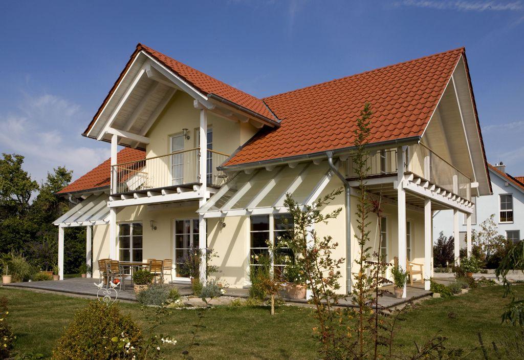 Einfamilienhaus holzhaus satteldach gaube mit satteldach for Modernes haus terrasse