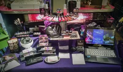 Small space set up: Independent Presenter - 3D mascara, natural ...