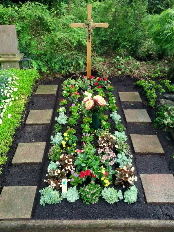 grabgestaltung ideen grabbepflanzung friedhofsg rtnerei durlach durlach aue und gr tzingen. Black Bedroom Furniture Sets. Home Design Ideas
