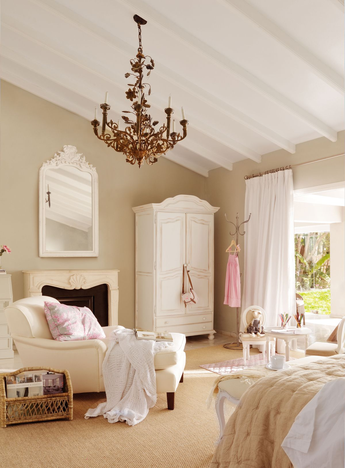 Salita hálószoba, gardrób fehér fa lámpa könnyek, heverő, tükör és ...