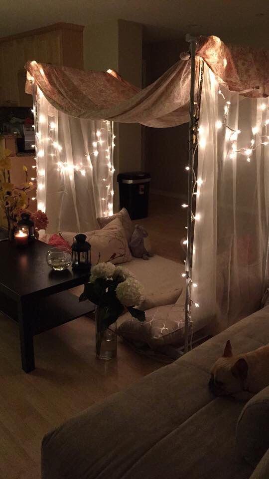 Aún si regresan a casa la decoración puede ser romántica on a budget. Luces, gasas y almohadones. ¿Que tal?