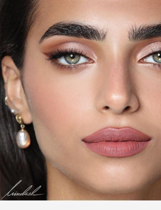 Rosa Augen Make-up und schöne Ohrringe #Augen #Makeup #Ohrringe #rosa #schöne … – Lisa Firle