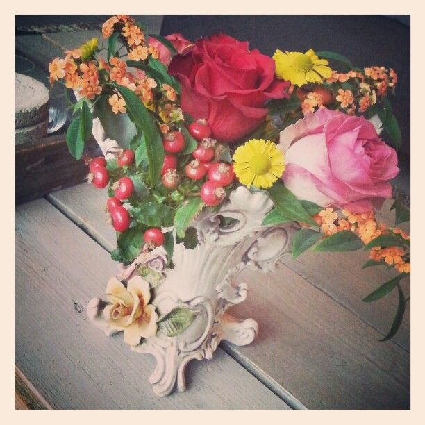 Een oude vaas met vrolijke bloemen... @home