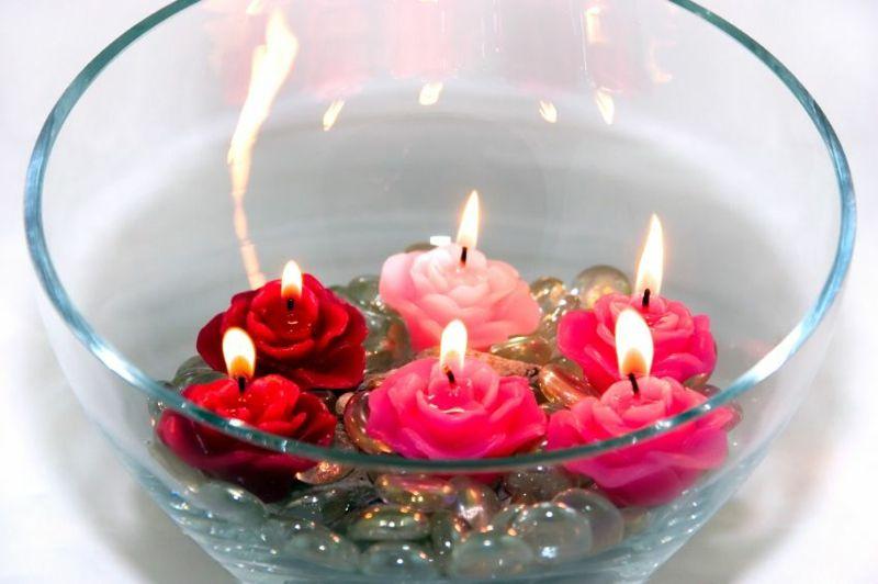 bol de vidrio con velas en forma de flores