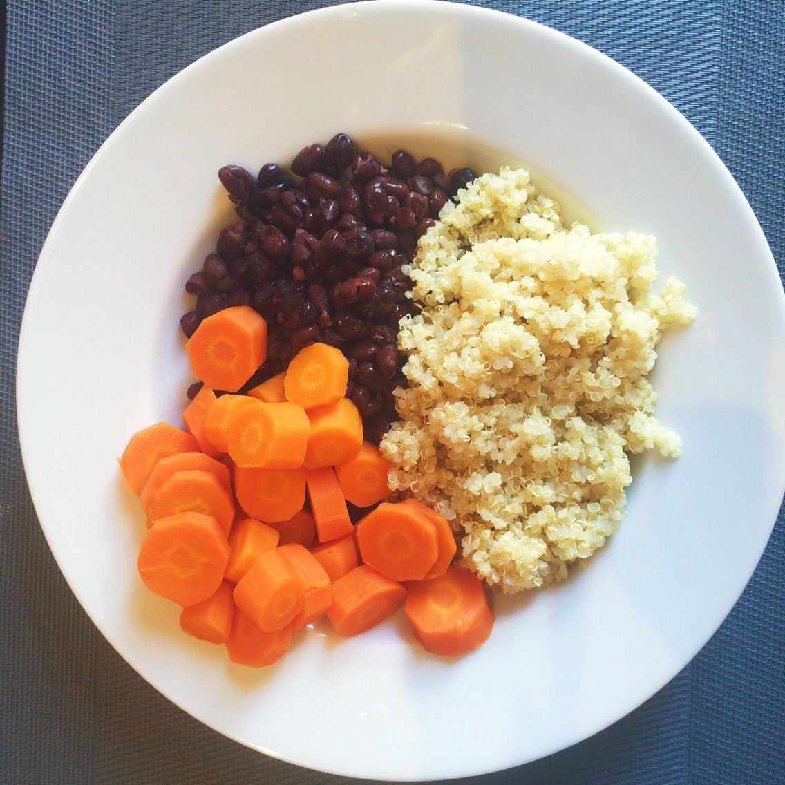 Quinoa, azukis y zanahoria. Plato vegetariano vegano.