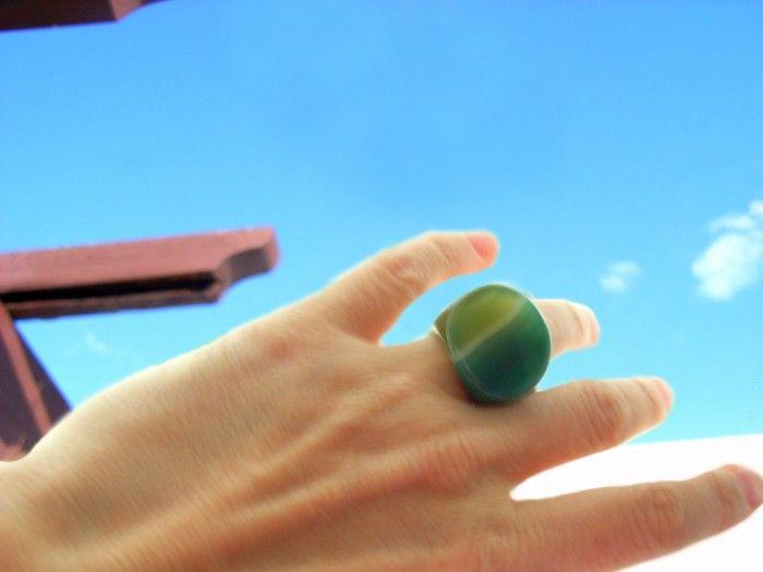 Sortija Ipanema, de piedra natural traída de Brasil.  Ágata de color verde con preciosas vetas.