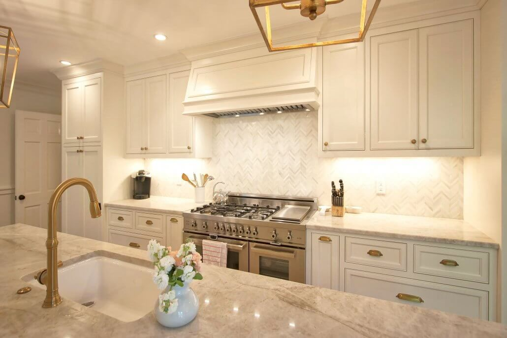 The Trend Is White Cabinets With Antiqued Brass Fixtures And Hardware Its Maki Transitional Kitchen Design Kitchen Renovation Inspiration New Kitchen Designs