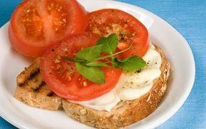 Juusto -tomaattitoast / Cheese and tomato toast