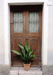 Floral tribute ...  at the door!  (Seen in Sesto al Reghena)