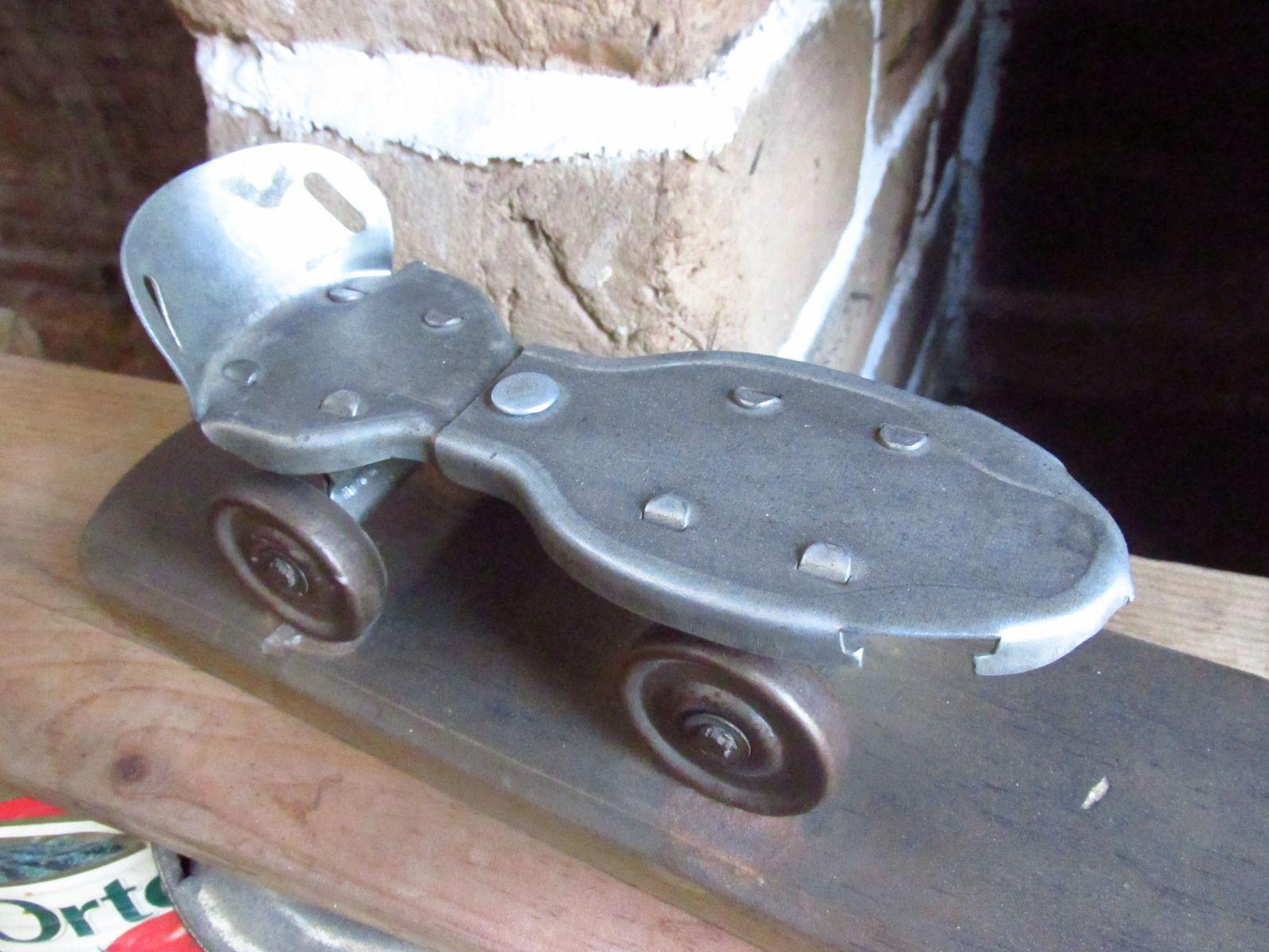Creemos que este patín es de 1940 aproximadamente, es adaptable, uno de los primeros diseños en crearse. ¿Cual es tu versión? Cuentanos más si sabes de este patín...