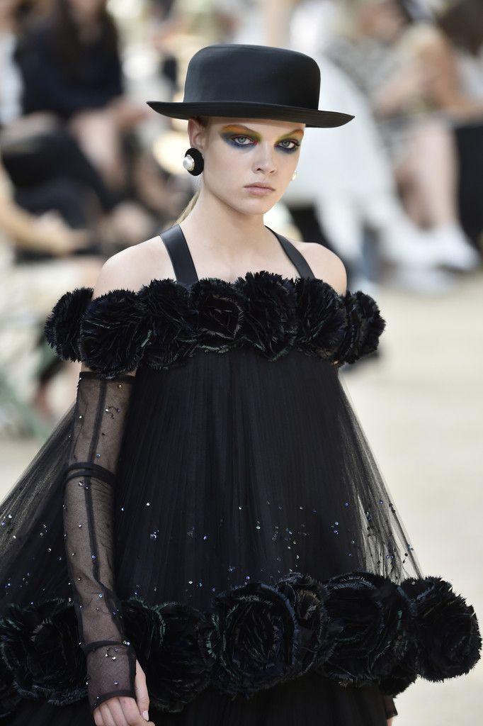 6bdb034e Chanel : Runway - Paris Fashion Week - Haute Couture Fall/Winter 2017-2018