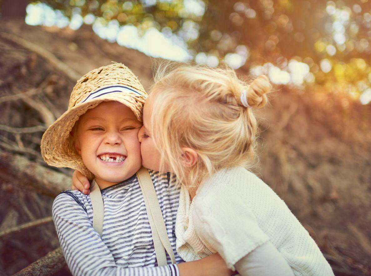 Bruder und Schwester stockbild. Bild von liebe, familie