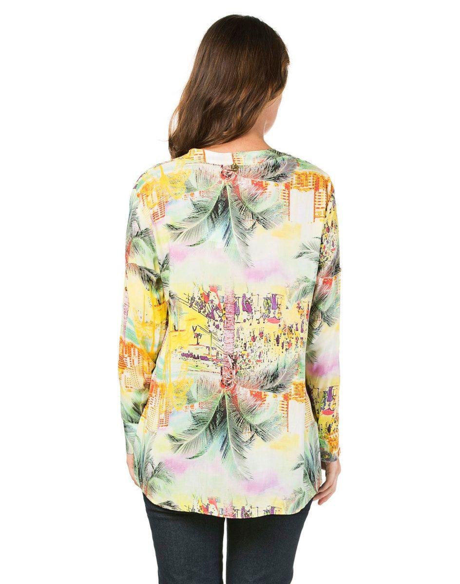Blusa Estampada com Mangas Coqueiro - Lez a Lez. Blusa de manga comprida, com estamparia digital, em decote V e com botões frontais. Leve e fresquinha, com modelagem mais solta e confortável. Ótima pro verão!