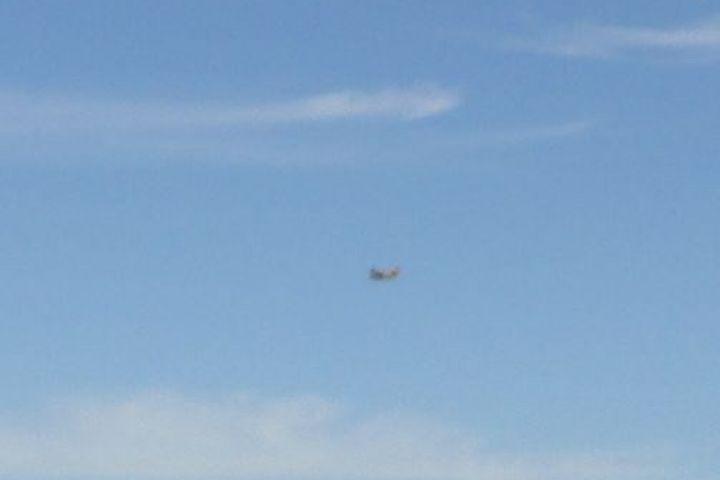 Avion u preletu iznad Kraja na Pašmanu (3)