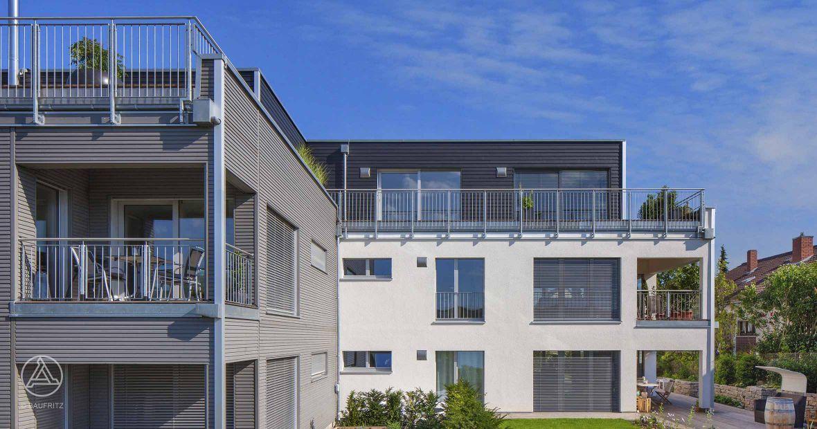 mehrfamilienhaus in leichter hanglage rondo holzverschalung in silbergrau credo. Black Bedroom Furniture Sets. Home Design Ideas