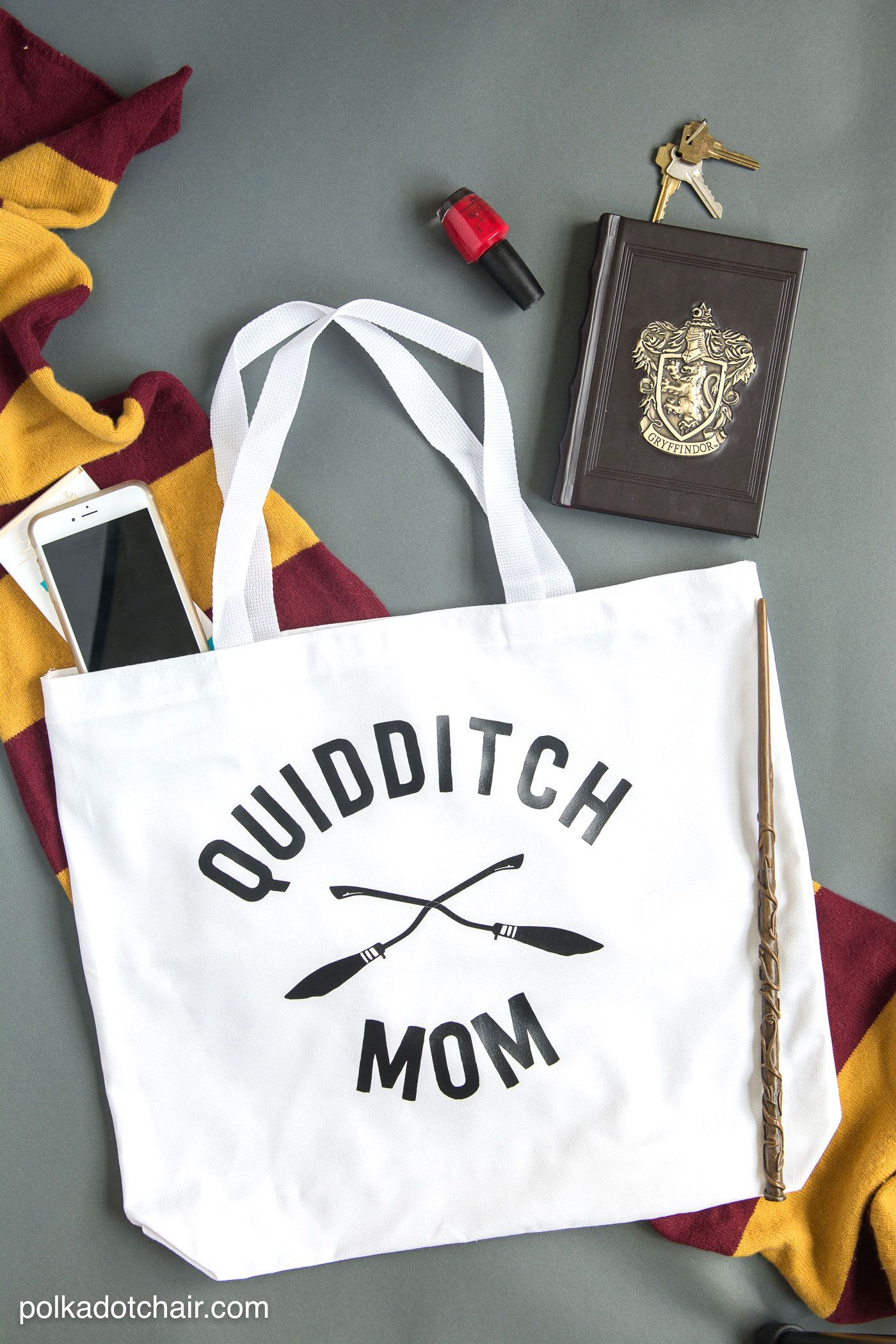 Quidditch mom tote and other harry potter crafts pinterest svg diy yourself a tote bag for a quidditch mom on the go a free harry potter svg file and idea for harry potter crafts make a cute tote bag solutioingenieria Choice Image
