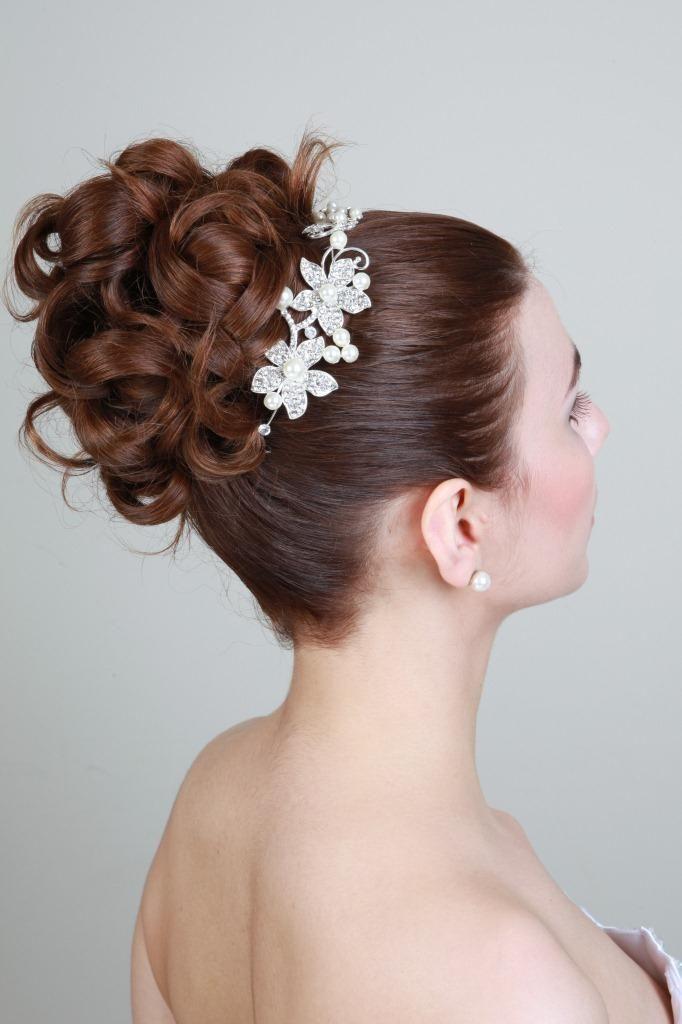 Brautfrisuren hochgesteckt schlicht  klassische Brautfrisur, hochgesteckt mit Haarschmuck | klassische ...