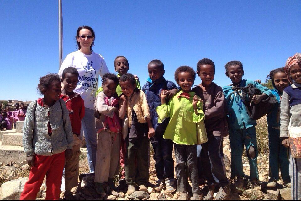 """La Dott.ssa Nadia Assanta in mezzo ai bambini eritrei di Serejka. Nadia è uno degli splendidi medici con le ali che volano come volontari nei Paesi più poveri per curare le cardiopatie infantili e, come in questa missione, aiutarci a prevenirle, ove possibile.  """"La mia prima missione risale al 2002. Da allora è diventato per me una ragione di vita."""" Grazie Nadia sei fantastica!"""