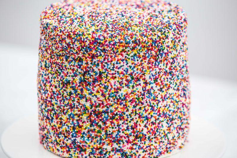 Photo of Süßer, mit Bonbons gefüllter Piñata-Kuchen – Makeful –  Süßer, mit Bonbons…
