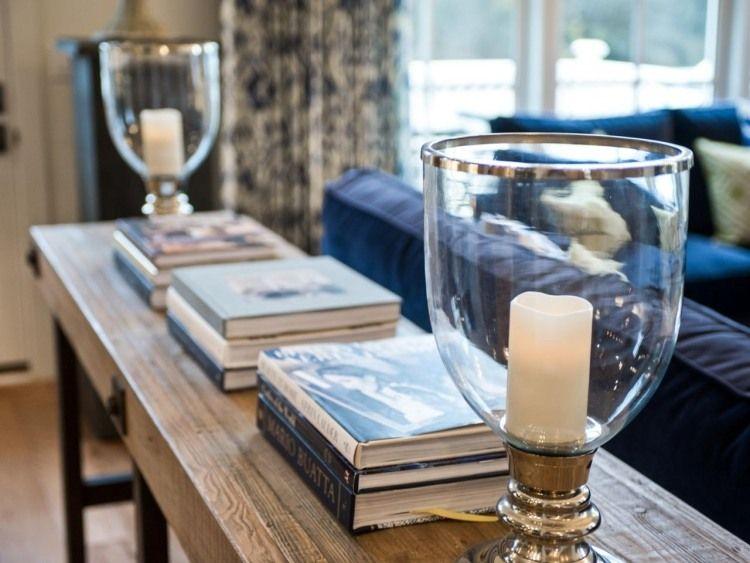 schöne Dekoration auf dem Konsolentisch hinter Sofa Heidis