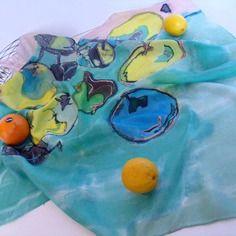 """Carré de soie peint à la main """"des pommes, une poire, où sont les scoubidous ???""""  (d)"""