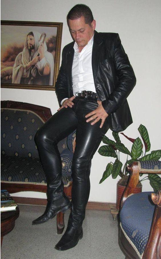 Пососу у парня в кожаных штанах