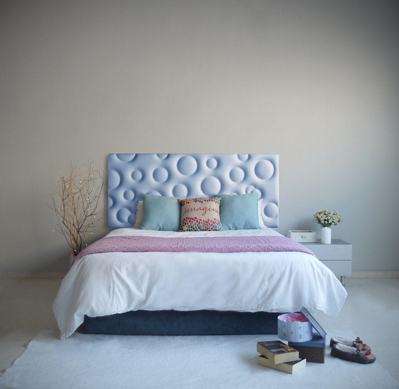 Dormitorio con cabecero tapizado modelo BUBBLE en color azul celeste ...